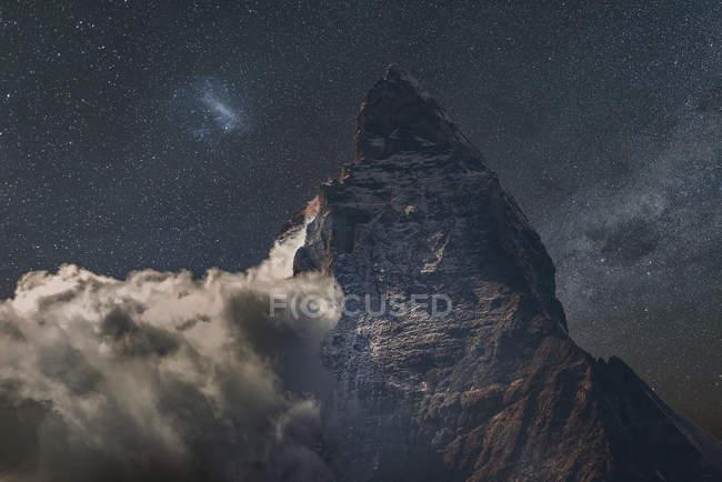 Низькі хмари на Маттерхорн під Зоряна ніч небо, Церматт, Кантон Уолліс, Швейцарія — стокове фото