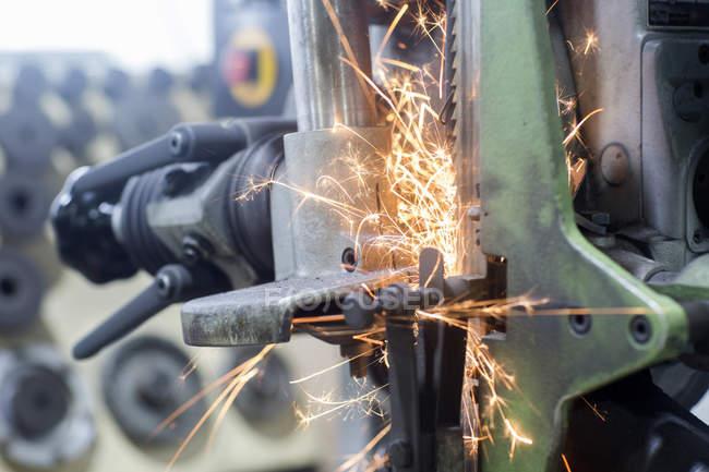 Nahaufnahme von Funken auf Schleifmaschine — Stockfoto