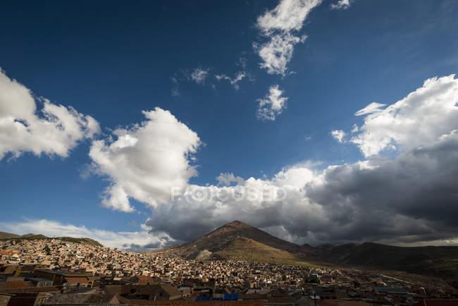 Вид Потосі місто з Серро Ріко у фоновому режимі, Південний Альтіплано, Болівії, Південна Америка — стокове фото