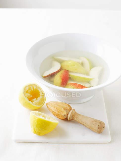 Миску с водой с лимонным соком, чтобы предотвратить овощей — стоковое фото