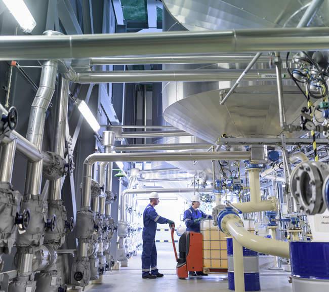 Працівників із процесу техніки в олії, змішування заводу — стокове фото