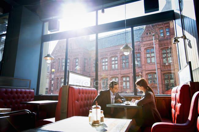 Couple assis dans la cabine du restaurant — Photo de stock