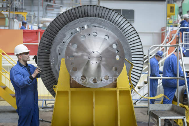 Engineers inspecting turbine during power station outage — Stock Photo