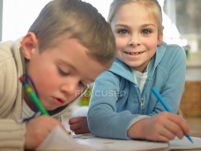 Children drawing together on floor — Stock Photo