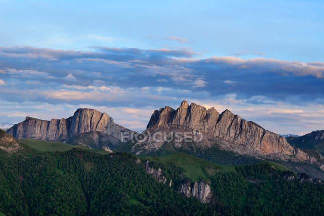 Вид на гори Acheshboki, великий Thach природі парк, кавказьких гір, Республіка Адигея, Росія — стокове фото