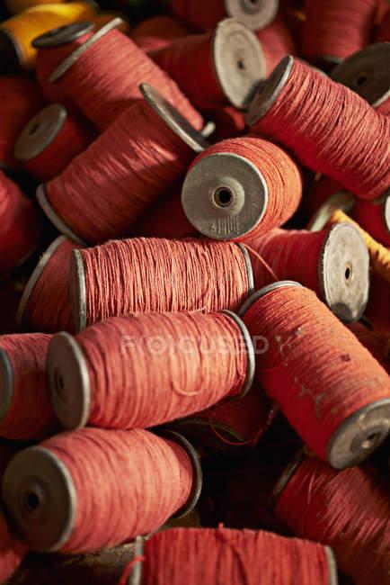 Close-up da pilha de bobinas de fio vermelho — Fotografia de Stock