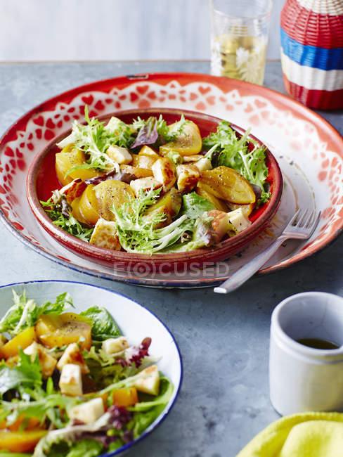 Порції салат із смаженою Золотий beetroots — стокове фото