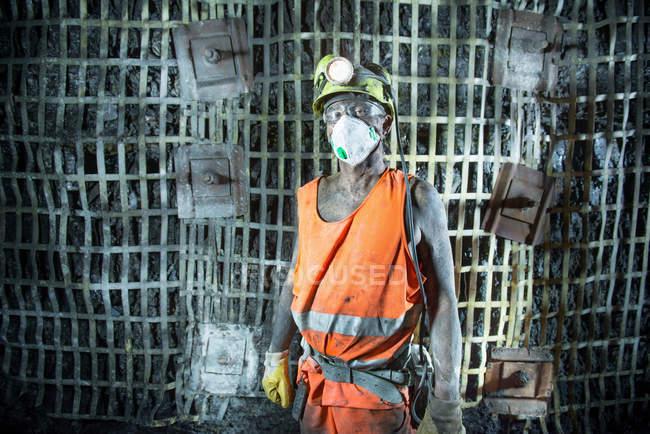 Retrato de minero de carbón trabajando en la mina profunda — Stock Photo