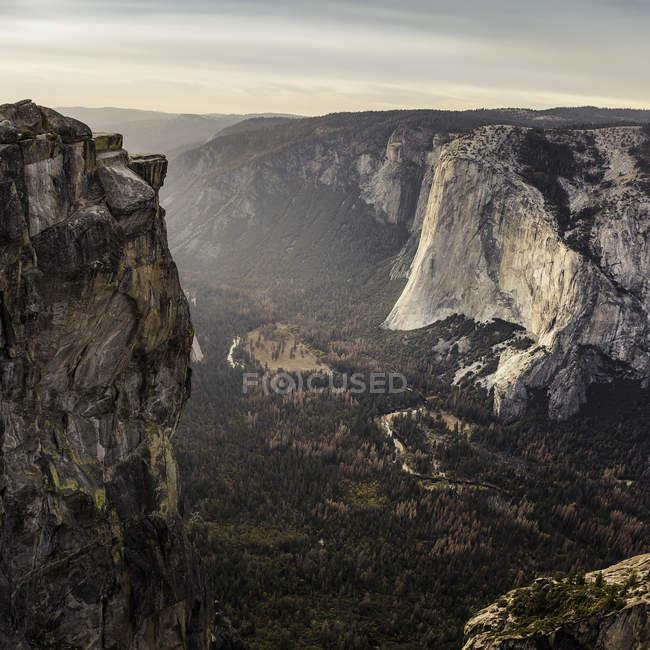 Vue de vallée au-dessous de formations rocheuses, Parc National de Yosemite, Californie, é.-u. — Photo de stock