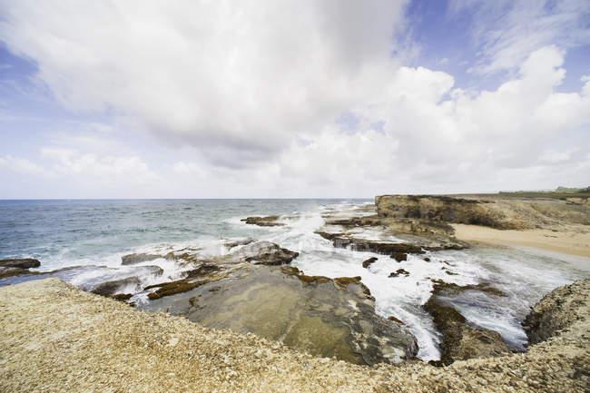 Prise de vue grand angle du littoral rocheux avec ciel nuageux — Photo de stock