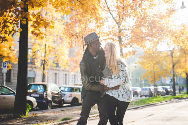 Couple playing on pavement outdoors at daytime — Stock Photo