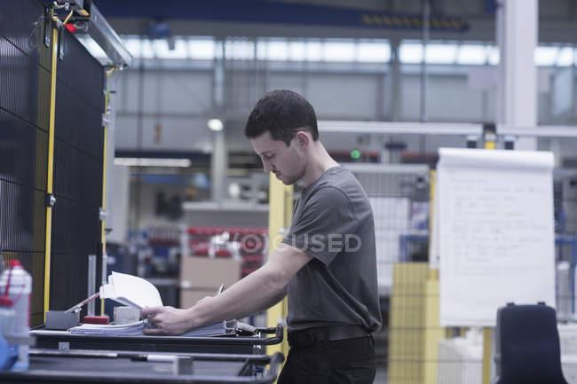 Ingénieur travaillant dans une usine d'ingénierie — Photo de stock