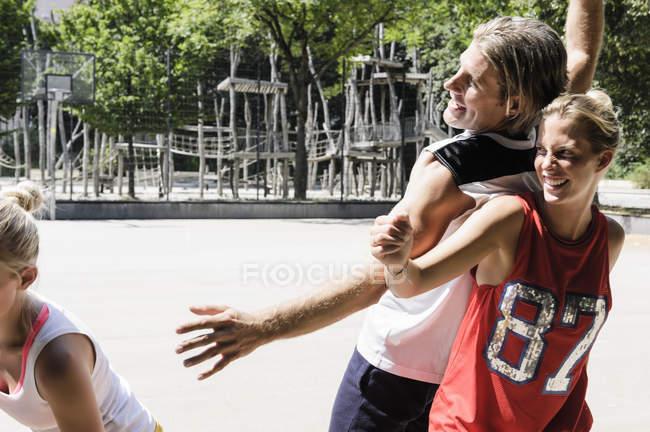 Группа друзей, наслаждающихся баскетболом в парке — стоковое фото