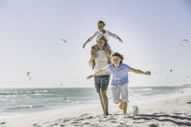 Отец подарил сына на пляже — стоковое фото