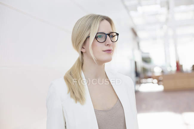 Portrait de femme d'affaires à l'aéroport — Photo de stock