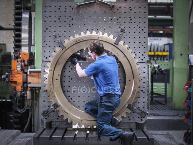 Roda de engrenagem de montagem do engenheiro no torno na fábrica de engenharia — Fotografia de Stock