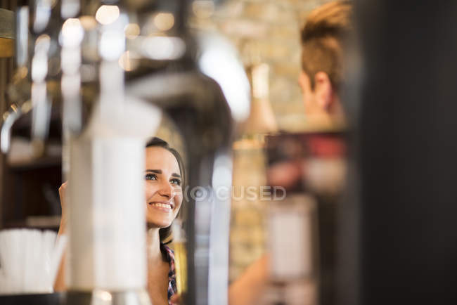 Молода пара говорити в м. бар — стокове фото