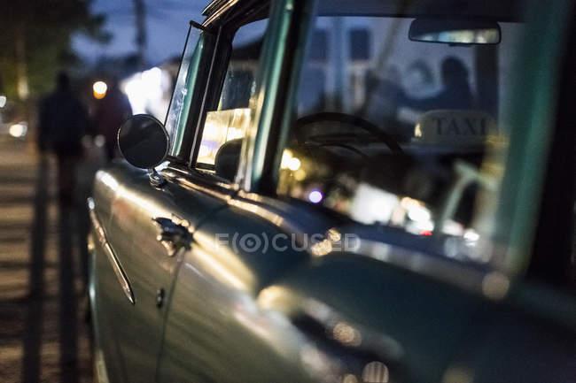 Нічний постріл автомобіля в вуличній дорозі, таксі автомобіля — стокове фото