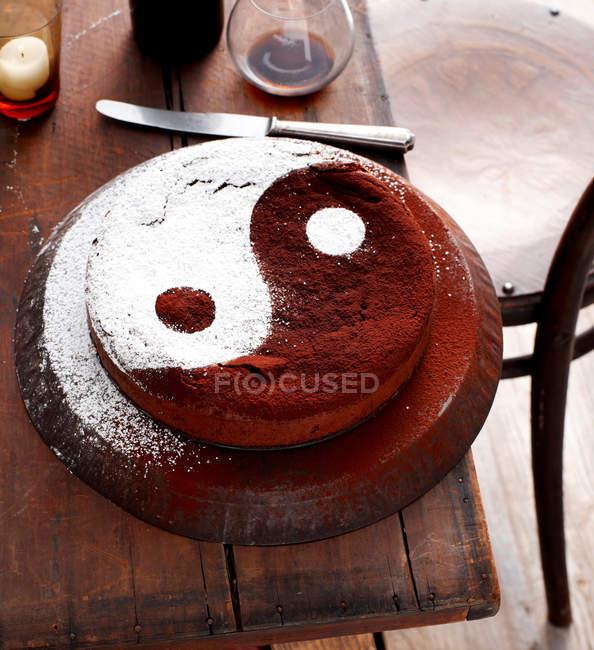 Bolo decorado com o símbolo do yin yang — Fotografia de Stock