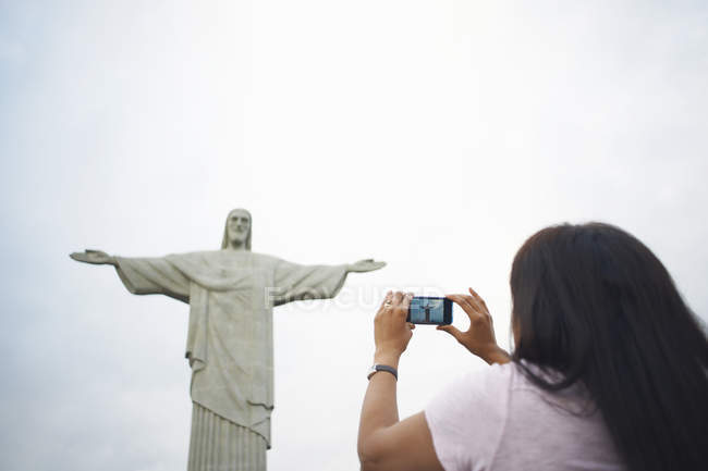 Mature woman photographing Christ the Redeemer, Rio De Janeiro, Brazil — Stock Photo