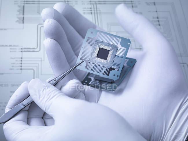 Composants électroniques à portée de main en laboratoire, gros plan — Photo de stock