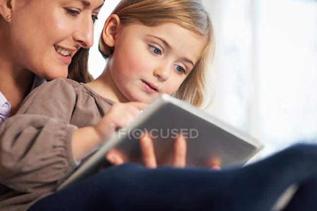 Madre e figlia utilizzando tablet digitale — Foto stock