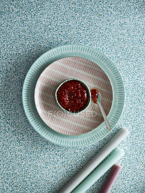 Вид зверху пудинг з варенням доліва на тарілку — стокове фото