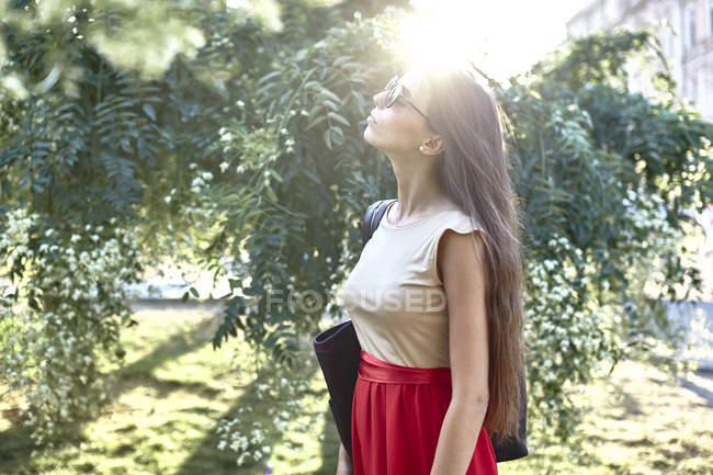 Junge attraktive Frau genießt Sonne — Stockfoto