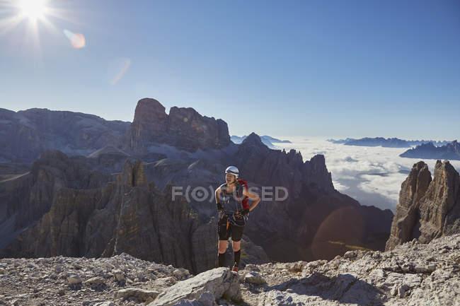 Жіночий турист, який спостерігає за Доломітами, Секстен, Південний Тіроль, Італія — стокове фото