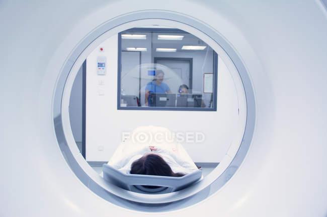 Прокладка пацієнта в КТ-сканер — стокове фото