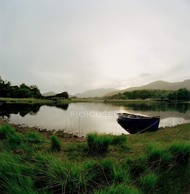 Bateau sur le lac près de la côte en Irlande — Photo de stock