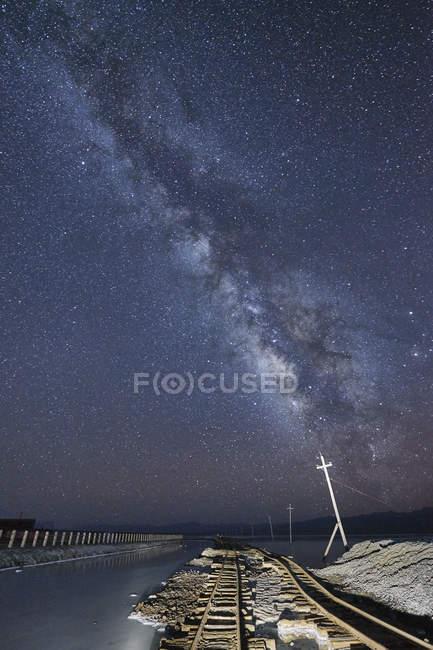 Чумацький шлях, зоряне небо над залізничного трек — стокове фото