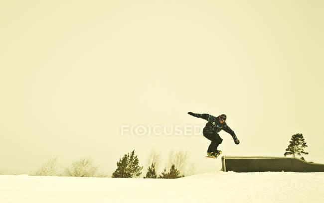 Junge männliche Schnee Grenze Mitte Luft am Berg — Stockfoto