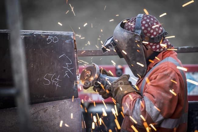 Meulage de métaux dans des travaux de réparation dans une mine de charbon à ciel ouvert — Photo de stock