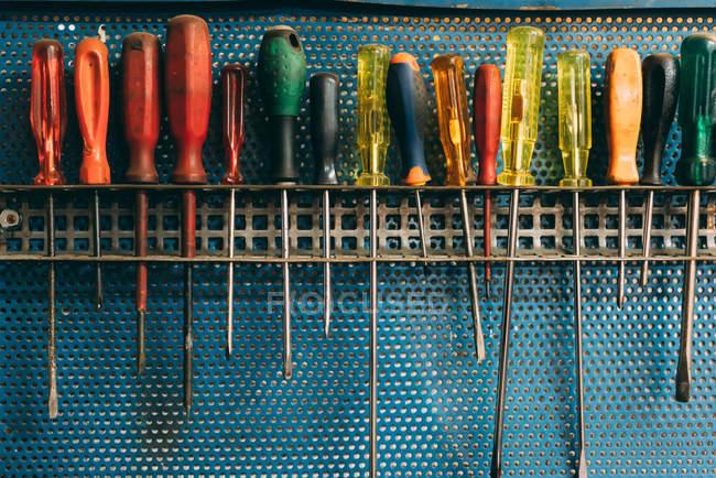 Linha de chaves de fenda na oficina de forja — Fotografia de Stock