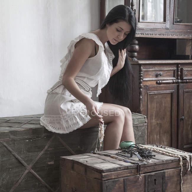 Giovane donna ammirando accessori sul petto — Foto stock