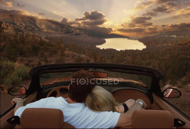 Acople o assento no carro convertível que olha o lago na floresta de Maldives — Fotografia de Stock