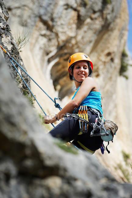 Женщина в дневное время скалистая скала — стоковое фото
