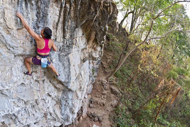 Female grimpeur escalade un itinéraire de 7 a à Crazy Horse Buttress, près de Chiang Mai, Thaïlande — Photo de stock