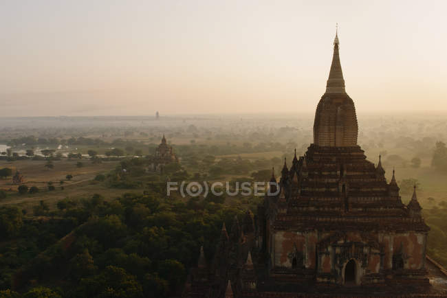 Вид на храм при сходом сонця, Баган, М'янма — стокове фото