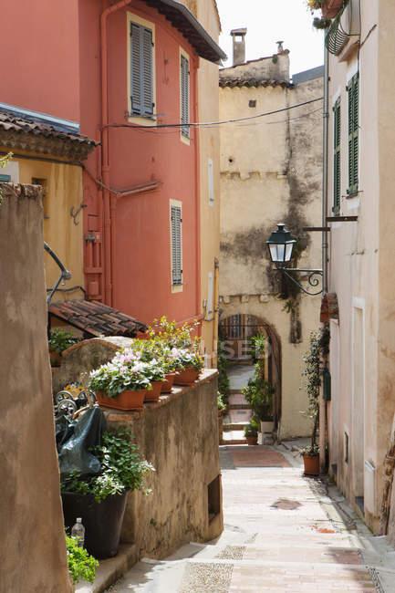 Вид на алеї між будівлями, Ментон (Франція) — стокове фото