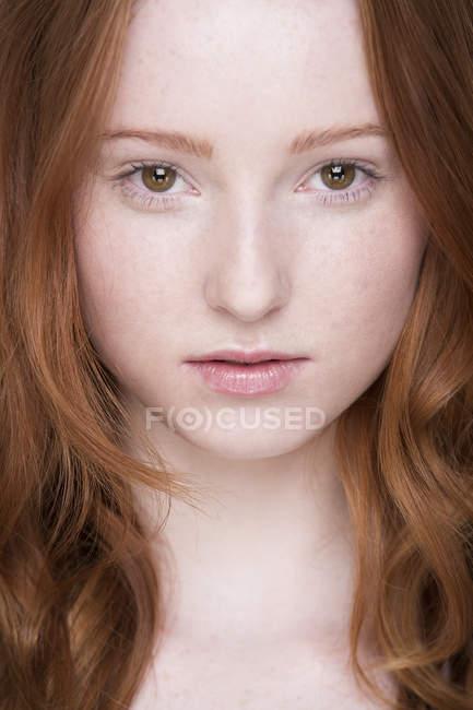 Ritratto ravvicinato di giovane donna, guardando la macchina fotografica — Foto stock