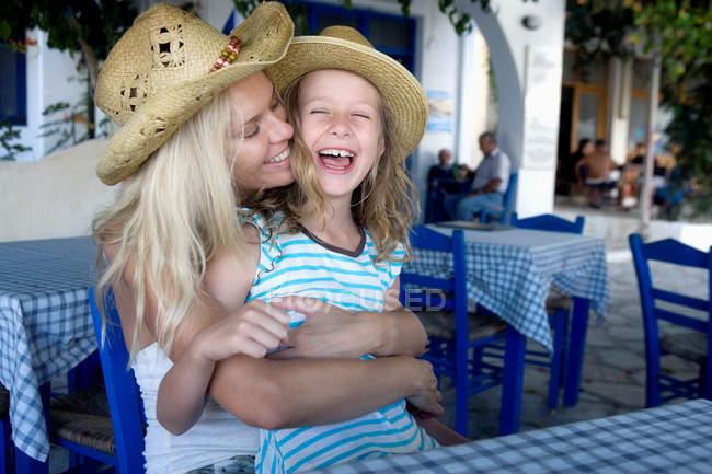 Donna sorridente e stretta in abbracci ridere figlia — Foto stock