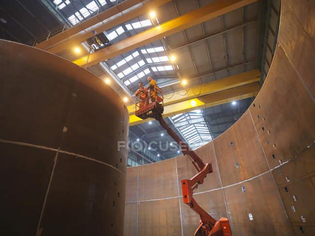 Інженери на високому ліфті інспектування морської виготовлення використовується для прокладки кабелю — стокове фото