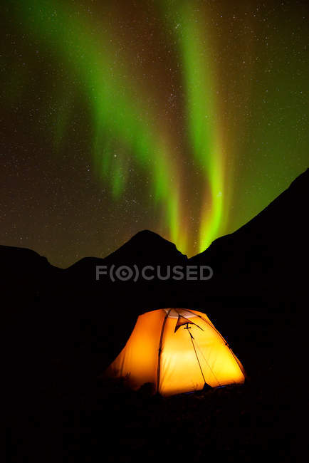 Beleuchteten Zelt und Aurora Borealis in der Nacht, Chibiny Berge, Kola-Halbinsel, Russland — Stockfoto