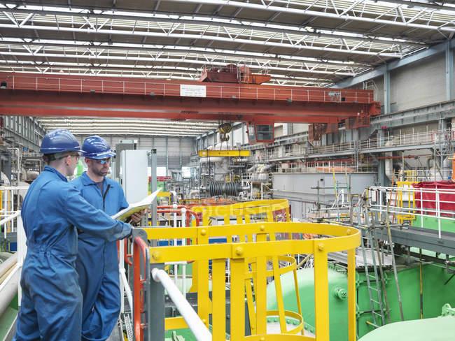 Інженери обговорювали нотатки про доріжки під час відключення електростанції — стокове фото
