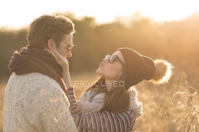Giovane coppia in ambiente rurale, ingannare circa, faccia a faccia — Foto stock