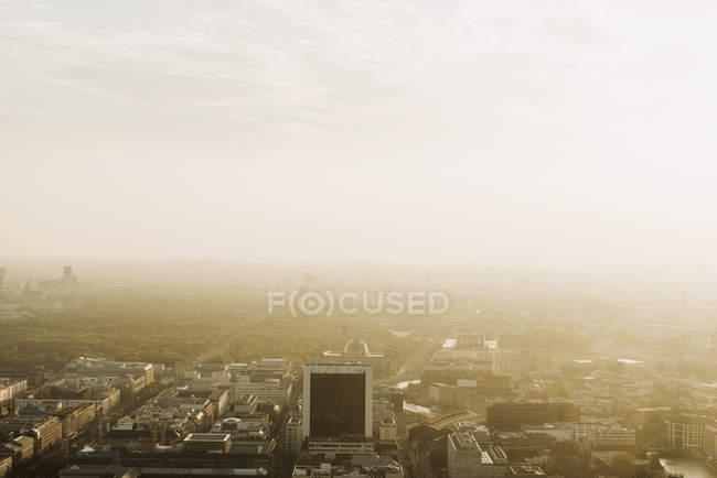 Vista elevada de Berlín al atardecer, Alemania - foto de stock