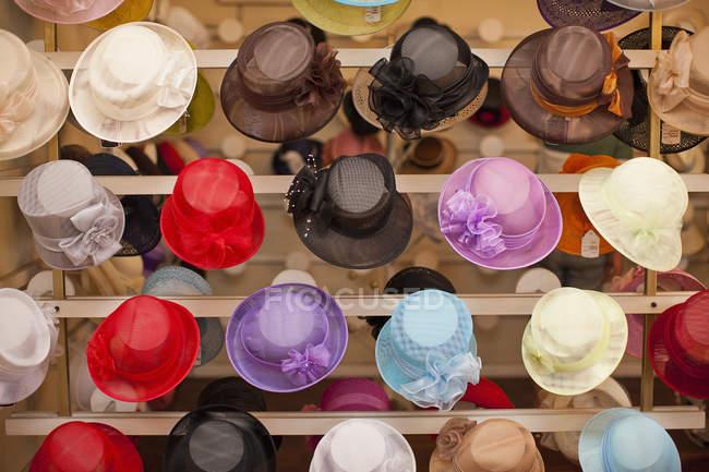 Ряды красочных шляп в магазине миллинеров — стоковое фото