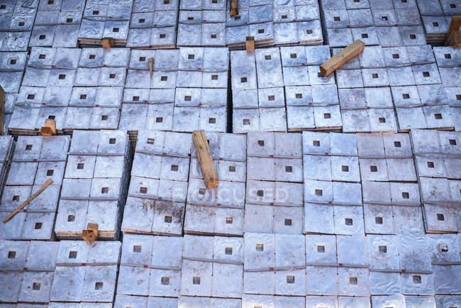 Крупный план груза из металлического сплава в трюме корабля — стоковое фото